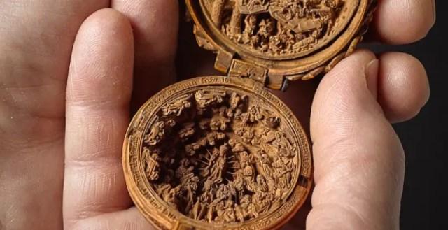 Miniatuur houtsnijwerk uit de 16e eeuw waar je naar kunt blijven kijken