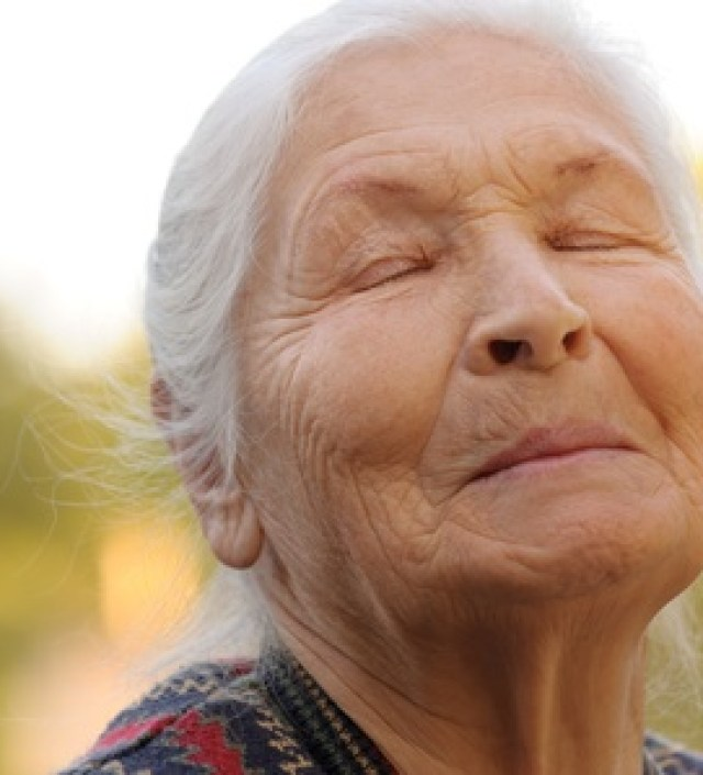 Weilandgeur in een potje: deze jonge vrouw helpt demente ouderen met praten