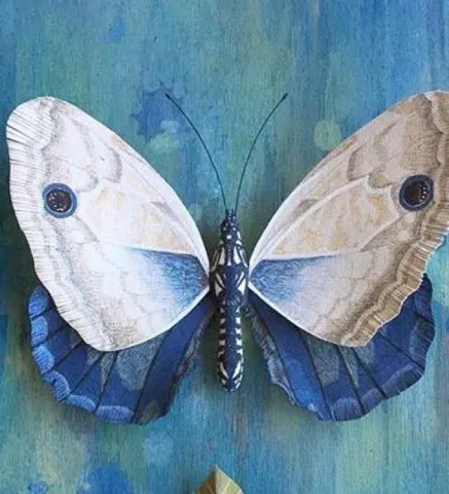Gedetailleerde vlinders en veren gemaakt van papier