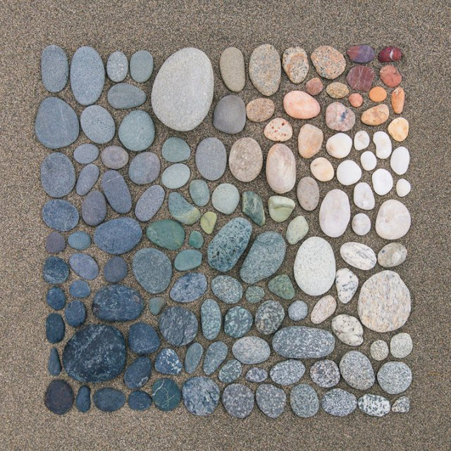 Blue-to-Red-Pebble-Colour-Arrangement-by-Emily-Blancoe