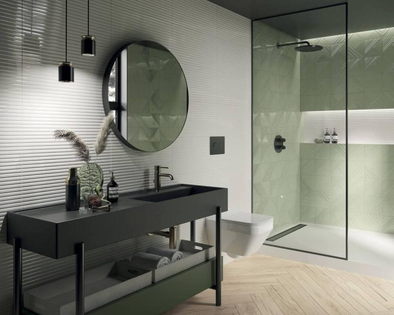 Nowoczesna łazienka zzielonymi płytkami tojeden ztrendów na2021 rok.