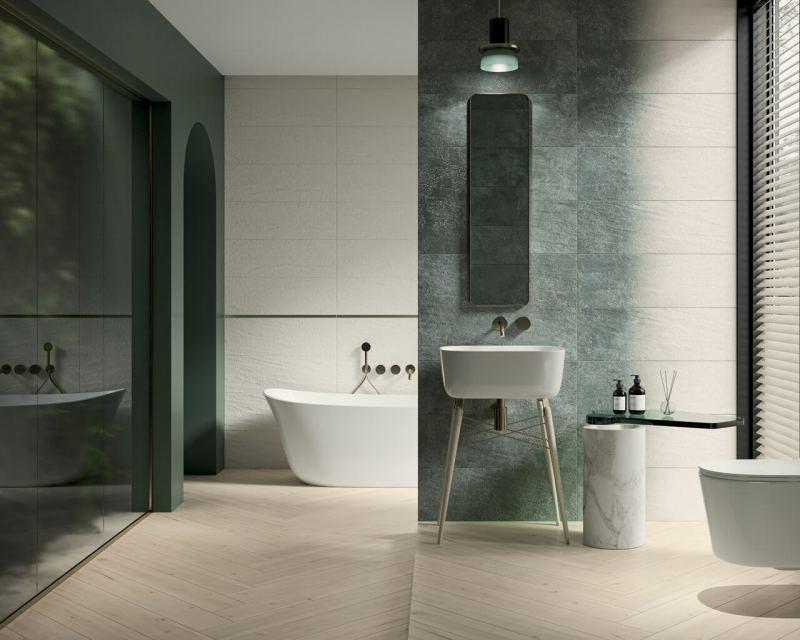 Przestronna łazienka zwanną zciekawym zastosowaniem wyrazistych kolorów