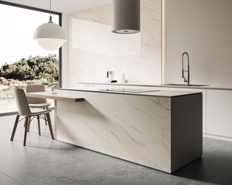Pięknie odwzorowany marmur zezłotymi, ciepłymi liniami, które wybarwiają kamień nadają kuchennej przestrzeni elegancji iprzytulności.