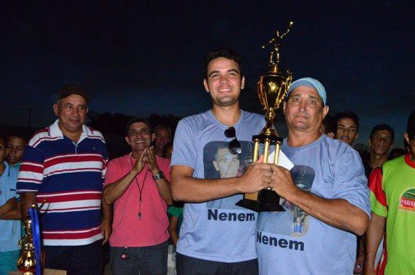 Prefeito observa o vereador Ricardo Xavir e o técnico Antonio Luis do Poço Verde erguer a taça de campeão.