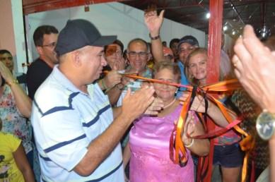 Prefeito Zé Hélio e sua mãe Magnólia descerram a fita de reinauguração do mercado.