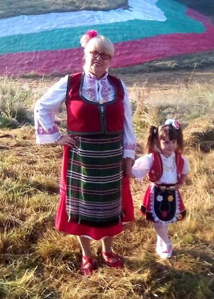 Малката Виктория и баба й Диана се изявиха на събора в Рожен