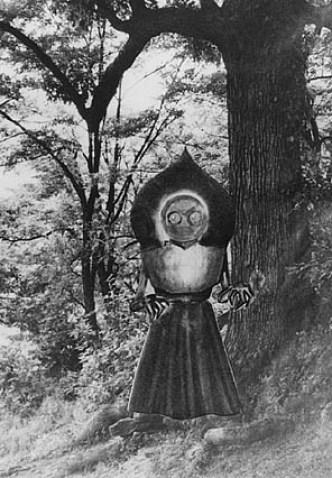 Dessin du monstre d'après une partie des témoignages, inséré dans une photographie des lieux.