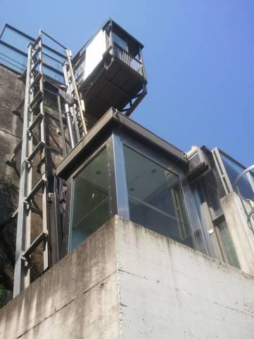 La cabina dell'ascensore verticale oleodinamico ed in alto la piattaforma di sbarco/imbarco superiore.