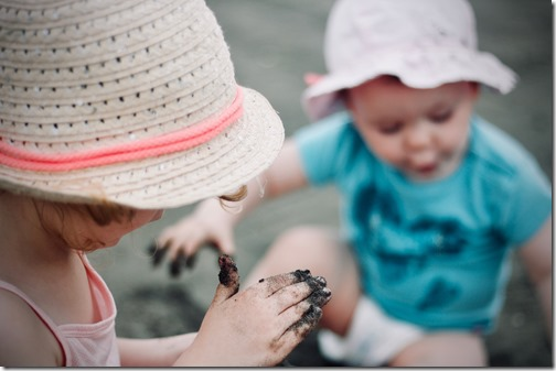 A cet âge là, difficile de leur demander de jouer dehors sans se couvrir de terre ^^