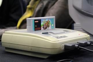 Une Super Nintendo, avec Mario Kart, jouable sur une vraie télé cathodique
