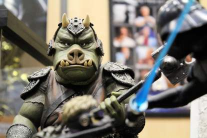 Sur un stand de figurines de collection Star Wars