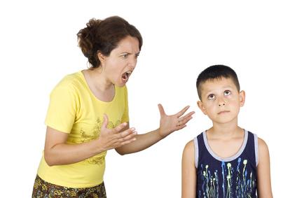 Maman crie après son fils