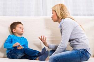 Mère et enfant qui parlent