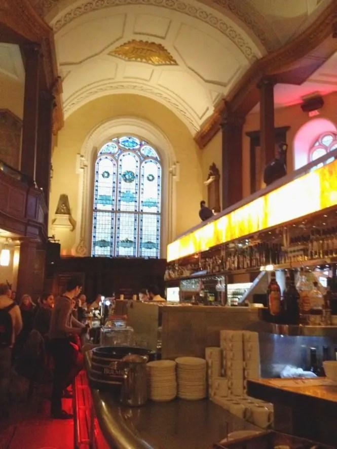 le bar insolite dans une église, incontournable de Dublin