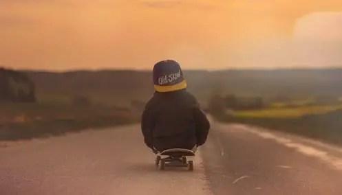 Enfant en skate board