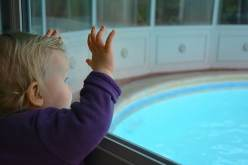 Saint-Valentin en famille, enfant regardant par la fenêtre, la piscine chauffée