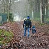 Saint-Valentin en famille, enfant marchant près de son père.