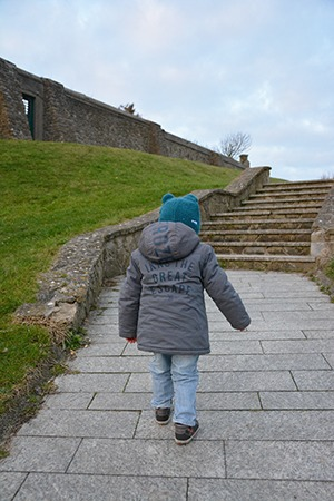 enfant marchant vers des escaliers, gite de charme le clos saint pierre