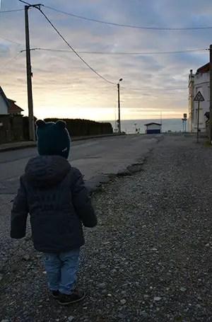 Où dormir sur la Côte d'opale?Optez pour un gîte de charme au Clos Saint Pierre. enfant marchant vers la mer, boite de charme clos de saint pierre