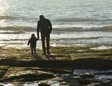 Où dormir sur la Côte d'opale ?Optez pour un gîte de charme au Clos Saint Pierre. enfant et son papa marchant sur les rochers d'un plage, gite de charme clos saint pierre