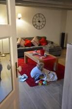 Où dormir sur la Côte d'opale ?Optez pour un gîte de charme au Clos Saint Pierre. enfant cherchant dans son sac de jouet, gite de charme au clos saint pierre