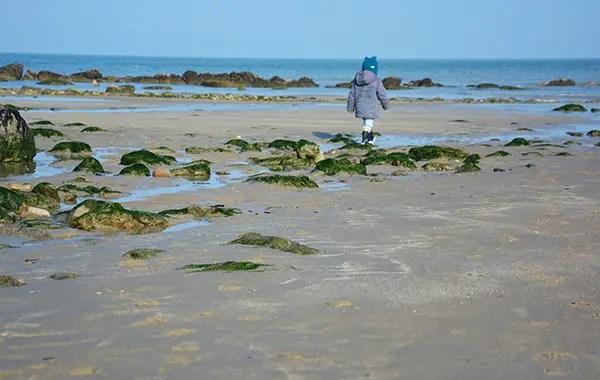 Côte d'Opale, enfant jouant sur une plage rocheuse de la plage gris nez Côte d'opale