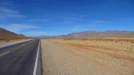 longue route ,vue sur la montagne Argentine