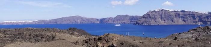île de Santorin vue de la mer depuis le volcan de santorin