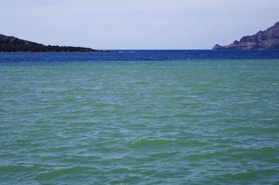 démarcation de couleur baie Palaia Kameni de île de Santorin