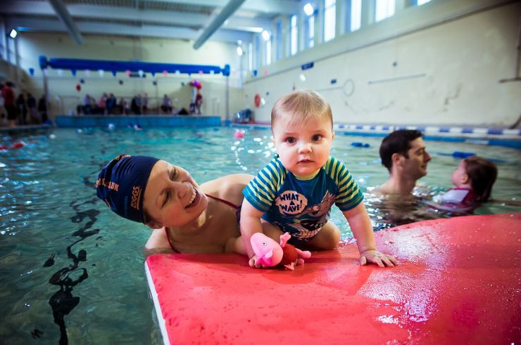 7 Ways to help Your Child overcome a fear of water, from babies, to toddlers, to older children how to ease your children into swimming , find the right swimming lessons and help them love swimming, from expert Marjan of Blue Wave Swim School
