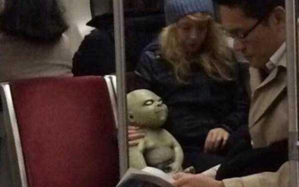 Nonostante avesse smesso di respirare da ormai due ore, il bambino continuava stoicamente a sorridere a sua madre