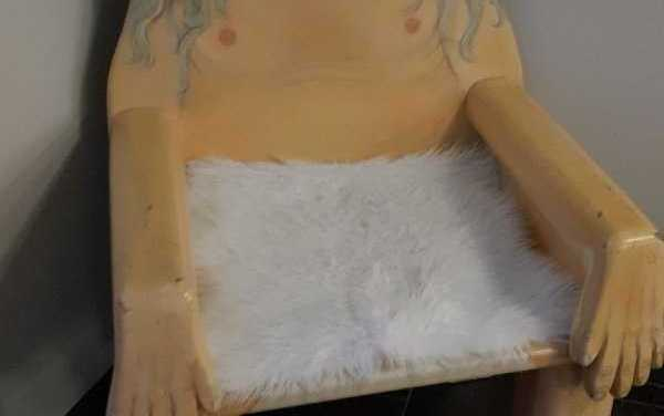 La vecchia impiegò molti anni per sembrare una sedia. Ora attendeva i bambini