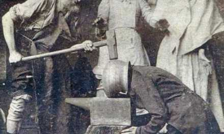 L'uomo con quella strana testa a vaso di rame si rese conto di essere tra l'incudine ed il martello