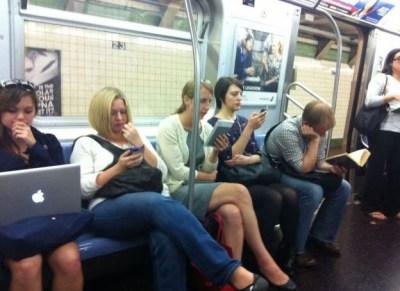 mænd og kvinder elektroniske medier