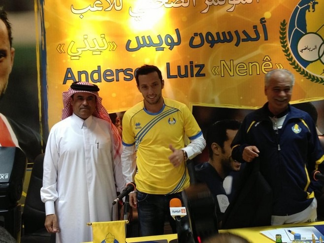 Nenê pose avec le maillot d'Al-Gharafa