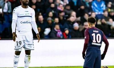 Stephane Bahoken s'amuse avec une photo de Neymar à genou devant lui