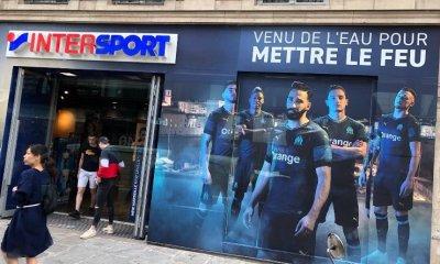 """La devanture """"OM"""" d'un Intersport à Paris a été arrachée par des supporters du PSG"""