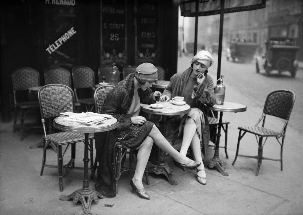 Amerikaanse modellen op een caféterras in Parijs in 1925