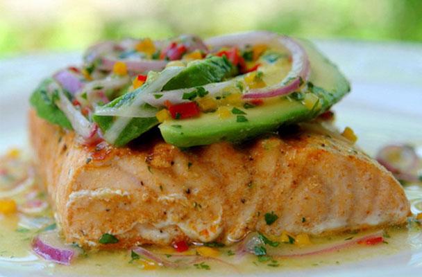 Salmone-alla-griglia-con-avocado-e-salsa-al-lime-ricetta-parliamo-di-cucina