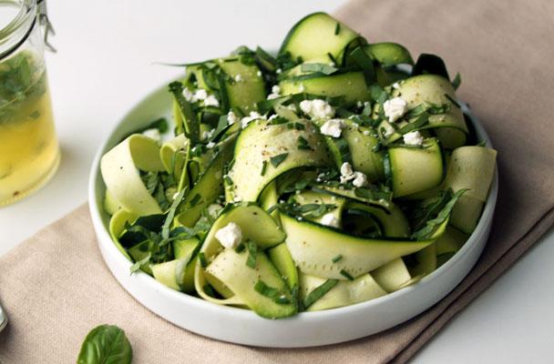 Carpaccio-di-zucchine-al-limone-con-feta-e-pistacchi-ricetta-parliamo-di-cucina