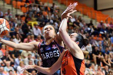 Une joueuse de Tarbes aux prises avec une joueuse de Bourges.