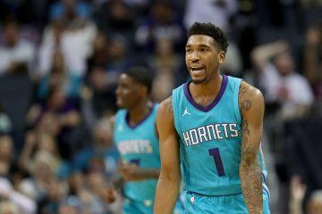 Malik Monk fait un geste des doigts sous le maillot des Charlotte Hornets