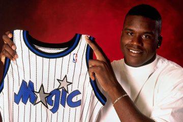 Shaquille O'Neal avec le maillot du magic après la draft 1992