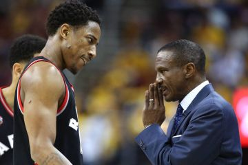 DeMar DeRozan en discussion avec Dwane Casey