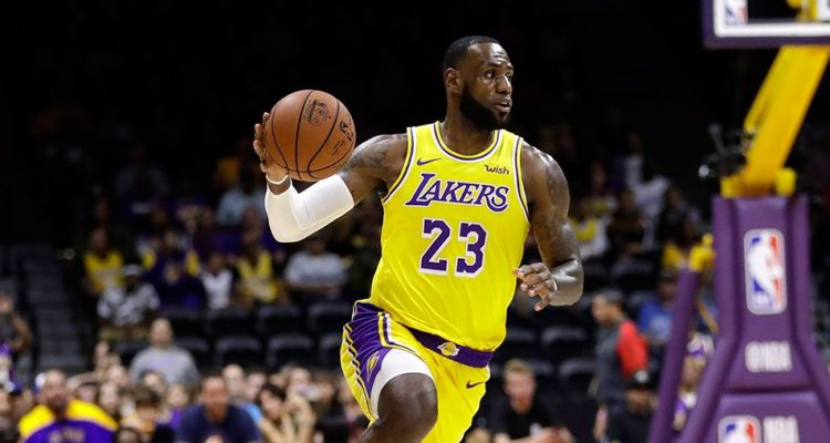 LeBron James balle en main, sous le maillot des Lakers.