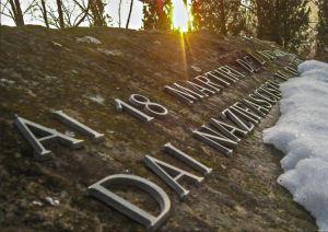 Il monumento che ricorda l'eccidio alla confluenza del Dordia nel Ceno.