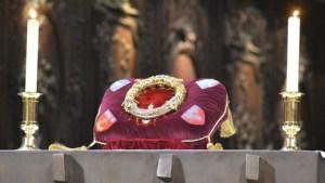 Vénération de la couronne d'épine à la cathédrale Notre Dame de Paris en ce vendredi Saint
