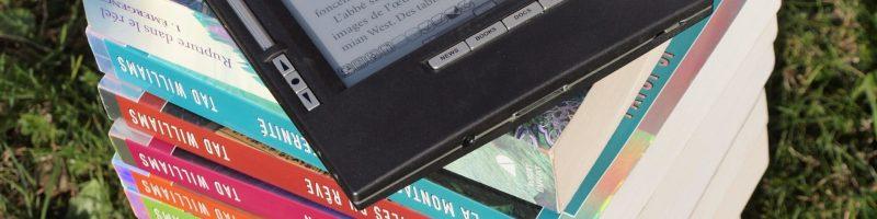 Smartphone, carta, audio: come si leggono i libri oggi