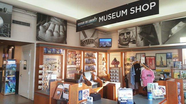 Fai colazione al bar del Museo e fai shopping al bookshop