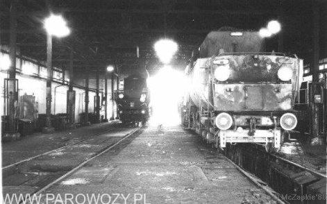 Ty2-164 i Ty2-115 w hali lokomotywowni Chabówka VIII.1988 r. Fot. Maciej Czapkiewicz